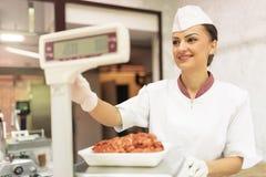 Όμορφη εργασία γυναικών κρεοπωλείων Στοκ Εικόνες