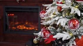 Όμορφη εστία και διακοσμημένο Χριστούγεννα δέντρο απόθεμα βίντεο