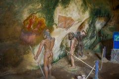 Όμορφη εσωτερική άποψη λιθοστρωμένου caveman με τη λόγχη στα χέρια τους μέσα αρχαίας σπηλιάς Khao khanabnam σε Krabi Στοκ φωτογραφία με δικαίωμα ελεύθερης χρήσης