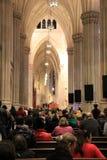 Όμορφη εσωτερική αρχιτεκτονική της εκκλησίας και της ομάδας προσκυνητών, καθεδρικός ναός του ST Πάτρικ, NYC, 2015 Στοκ εικόνα με δικαίωμα ελεύθερης χρήσης
