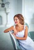 Όμορφη, ευγενής νύφη στο άσπρο γαμήλιο φόρεμα στο δωμάτιο πολυτέλειας Στοκ φωτογραφία με δικαίωμα ελεύθερης χρήσης