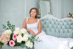 Όμορφη, ευγενής νύφη στο άσπρο γαμήλιο φόρεμα στο δωμάτιο πολυτέλειας Στοκ φωτογραφίες με δικαίωμα ελεύθερης χρήσης