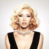Όμορφη λευκή γυναίκα με το σγουρό hairstyle στοκ εικόνα