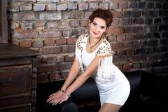 όμορφη λευκή γυναίκα φορεμάτων Στοκ φωτογραφία με δικαίωμα ελεύθερης χρήσης
