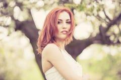 όμορφη λευκή γυναίκα φορεμάτων Στοκ φωτογραφίες με δικαίωμα ελεύθερης χρήσης