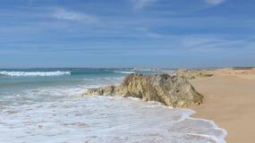 Όμορφη, ευρεία αμμώδης παραλία στον Ατλαντικό Ωκεανό at low tide, Armacao de Pera, Silves, Αλγκάρβε, Πορτογαλία Στοκ Εικόνες