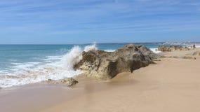 Όμορφη, ευρεία αμμώδης παραλία στον Ατλαντικό Ωκεανό at low tide, Armacao de Pera, Silves, Αλγκάρβε, Πορτογαλία Στοκ φωτογραφία με δικαίωμα ελεύθερης χρήσης