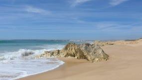 Όμορφη, ευρεία αμμώδης παραλία στον Ατλαντικό Ωκεανό at low tide, Armacao de Pera, Silves, Αλγκάρβε, Πορτογαλία Στοκ Φωτογραφία