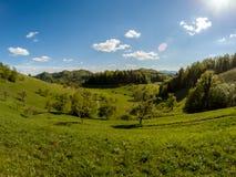 Όμορφη ευρεία πράσινη κοιλάδα τοπίων γωνίας Στοκ εικόνα με δικαίωμα ελεύθερης χρήσης