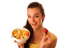 Όμορφη ευτυχής ασιατική καυκάσια γυναίκα στην κίτρινη μπλούζα που τρώει το φ Στοκ εικόνα με δικαίωμα ελεύθερης χρήσης