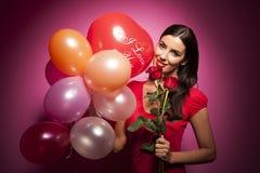 Όμορφη ευτυχής γυναίκα με το μπαλόνι ημέρας βαλεντίνων στο ρόδινο υπόβαθρο στοκ φωτογραφία με δικαίωμα ελεύθερης χρήσης