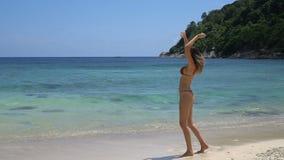 όμορφη ευτυχής γυναίκα στην παραλία φιλμ μικρού μήκους