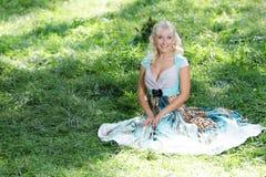 Όμορφη ευτυχής γυναίκα στη φυσική ανασκόπηση Στοκ εικόνες με δικαίωμα ελεύθερης χρήσης