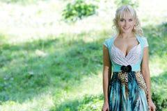 Όμορφη ευτυχής γυναίκα στη φυσική ανασκόπηση Στοκ φωτογραφία με δικαίωμα ελεύθερης χρήσης