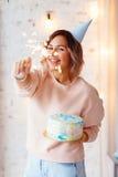 Όμορφη ευτυχής γυναίκα τα γενέθλιά της Κορίτσι με το κέικ Έννοια εορτασμού Στοκ Εικόνες