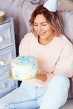Όμορφη ευτυχής γυναίκα τα γενέθλιά της Κορίτσι με το κέικ Έννοια εορτασμού Στοκ Φωτογραφίες