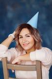 Όμορφη ευτυχής γυναίκα τα γενέθλιά της Κορίτσι με το κέικ Έννοια εορτασμού Στοκ εικόνα με δικαίωμα ελεύθερης χρήσης