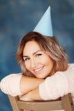 Όμορφη ευτυχής γυναίκα τα γενέθλιά της Κορίτσι με το κέικ Έννοια εορτασμού Στοκ Φωτογραφία