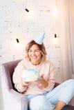 Όμορφη ευτυχής γυναίκα τα γενέθλιά της Κορίτσι με το κέικ Έννοια εορτασμού Στοκ φωτογραφίες με δικαίωμα ελεύθερης χρήσης