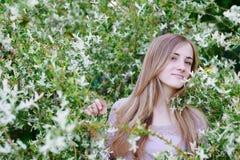 Όμορφη ευτυχής γυναίκα brunette στο πάρκο μια θερμή ημέρα άνοιξη Στοκ Εικόνες