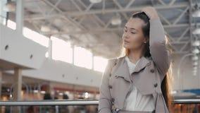 Όμορφη ευτυχής επιχειρηματίας που χρησιμοποιεί την ψηφιακή ταμπλέτα Νέα γυναίκα που χρησιμοποιεί τον υπολογιστή ταμπλετών στην αρ απόθεμα βίντεο