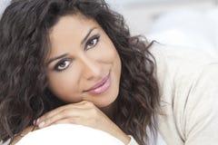όμορφη ευτυχής ισπανική χαμογελώντας γυναίκα Στοκ εικόνα με δικαίωμα ελεύθερης χρήσης