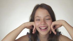 Όμορφη ευτυχής κινηματογράφηση σε πρώτο πλάνο ονείρων, χαμόγελου και γέλιου έφηβη στο άσπρο βίντεο μήκους σε πόδηα αποθεμάτων υπο φιλμ μικρού μήκους