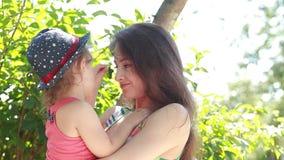 Όμορφη ευτυχής μητέρα που αγκαλιάζει το παιδί της απόθεμα βίντεο