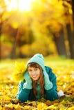 Όμορφη ευτυχής νέα γυναίκα στο πάρκο φθινοπώρου Χαρούμενο wea γυναικών στοκ εικόνα με δικαίωμα ελεύθερης χρήσης