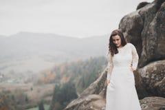 Όμορφη ευτυχής νύφη υπαίθρια σε ένα δάσος με τους βράχους Γαμήλια τέλεια ημέρα Στοκ φωτογραφίες με δικαίωμα ελεύθερης χρήσης