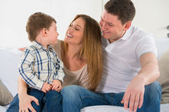 Όμορφη ευτυχής οικογένεια που έχει τη διασκέδαση στο σπίτι στοκ φωτογραφία με δικαίωμα ελεύθερης χρήσης