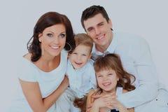 Όμορφη ευτυχής οικογένεια - που απομονώνεται πέρα από ένα άσπρο υπόβαθρο στοκ εικόνες με δικαίωμα ελεύθερης χρήσης