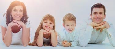 Όμορφη ευτυχής οικογένεια - που απομονώνεται πέρα από ένα άσπρο υπόβαθρο στοκ φωτογραφία με δικαίωμα ελεύθερης χρήσης