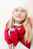 Όμορφη ευτυχής ρομαντική χαμογελώντας νέα γυναίκα μπλε ματιών που φορά τα κόκκινα πλεκτά γάντια και το φλυτζάνι εκμετάλλευσης σαλι στοκ φωτογραφία με δικαίωμα ελεύθερης χρήσης