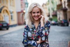 Όμορφη ευτυχής τοποθέτηση γυναικών χαμόγελου ξανθή, που εξετάζει τη κάμερα Στοκ Φωτογραφία