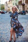 Όμορφη ευτυχής τοποθέτηση γυναικών χαμόγελου ξανθή, που εξετάζει τη κάμερα Στοκ εικόνα με δικαίωμα ελεύθερης χρήσης