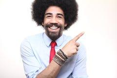 Όμορφη ευτυχής φοβιτσιάρης τοποθέτηση ατόμων afro μπροστά από ένα υπόβαθρο στοκ φωτογραφίες