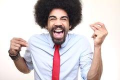 Όμορφη ευτυχής φοβιτσιάρης τοποθέτηση ατόμων afro μπροστά από ένα υπόβαθρο στοκ φωτογραφία