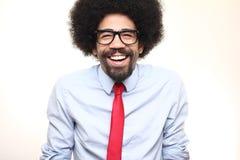 Όμορφη ευτυχής φοβιτσιάρης τοποθέτηση ατόμων afro μπροστά από ένα υπόβαθρο στοκ εικόνες