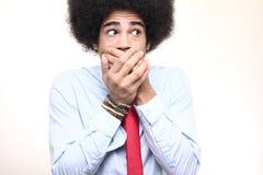 Όμορφη ευτυχής φοβιτσιάρης τοποθέτηση ατόμων afro μπροστά από ένα υπόβαθρο στοκ εικόνα