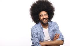 Όμορφη ευτυχής φοβιτσιάρης τοποθέτηση ατόμων afro μπροστά από ένα υπόβαθρο στοκ φωτογραφία με δικαίωμα ελεύθερης χρήσης