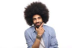 Όμορφη ευτυχής φοβιτσιάρης τοποθέτηση ατόμων afro μπροστά από ένα υπόβαθρο στοκ φωτογραφίες με δικαίωμα ελεύθερης χρήσης