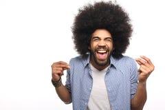 Όμορφη ευτυχής φοβιτσιάρης τοποθέτηση ατόμων afro μπροστά από ένα υπόβαθρο στοκ εικόνες με δικαίωμα ελεύθερης χρήσης