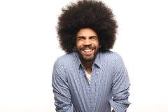 Όμορφη ευτυχής φοβιτσιάρης τοποθέτηση ατόμων afro μπροστά από ένα υπόβαθρο στοκ εικόνα με δικαίωμα ελεύθερης χρήσης
