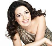 Όμορφη ευτυχής χαμογελώντας γυναίκα με τα καφετιά τριχώματα στοκ εικόνα με δικαίωμα ελεύθερης χρήσης