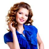 Όμορφη ευτυχής χαμογελώντας γυναίκα στο μπλε φόρεμα Στοκ Εικόνες