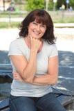 Όμορφη ευτυχής ώριμη καυκάσια γυναίκα έξω στο πάρκο στοκ φωτογραφία με δικαίωμα ελεύθερης χρήσης