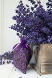 Όμορφη ευώδης lavender δέσμη στην αγροτική κατ' οίκον ορισμένη ρύθμιση Στοκ Φωτογραφία