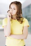 όμορφη εφηβική σκέψη κοριτσιών Στοκ Εικόνες