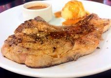 όμορφη εύγευστη μπριζόλα χοιρινού κρέατος Στοκ Εικόνες
